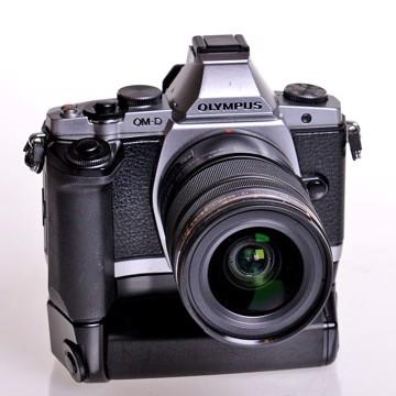 BRUGT Olympus OM-D E-M5 12-50mm inkl. HLD-6 greb